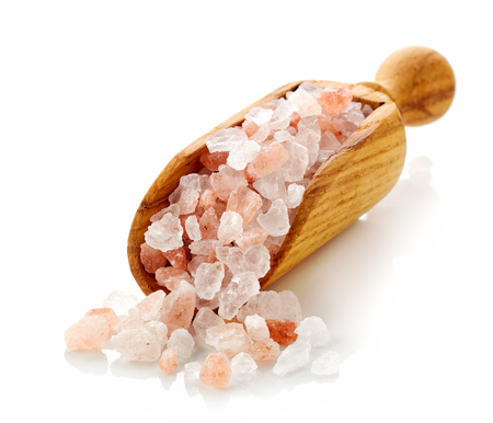 pink himalayan salt in wooden scoop isolated on white background Banco de Imagens