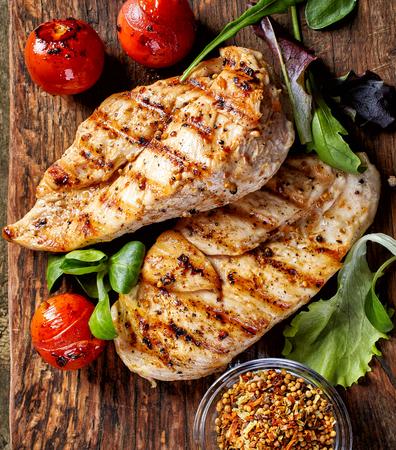 pollo rostizado: filetes de pollo a la plancha y verduras, vista desde arriba Foto de archivo