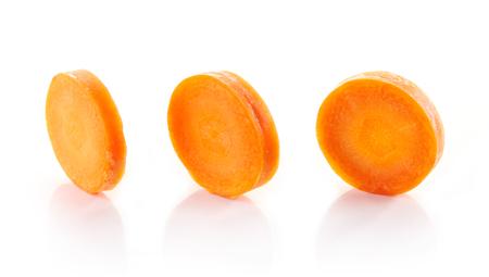 ?  ? carrot: rodajas de zanahoria aislado en el fondo blanco