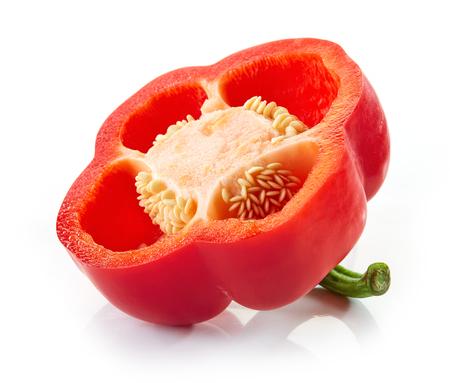 pimenton: la mitad de pimentón rojo aislado en el fondo blanco