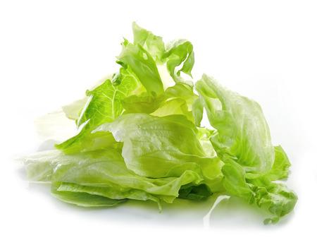 picada: Montón de hojas de lechuga iceberg aisladas sobre fondo blanco