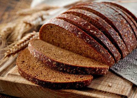verse Rogge brood aan boord van houten knippen