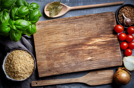 koken achtergrond met oude snijplank, bovenaanzicht Stockfoto