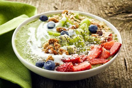 yogurt: tazón de desayuno batido rematado con frutas y bayas