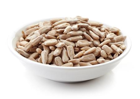 girasol: tazón de semillas de girasol aislado en el fondo blanco