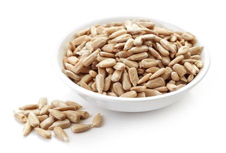 semillas de girasol: tazón de semillas de girasol aislado en el fondo blanco