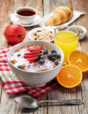 breakfast bowl: healthy breakfast ingredients. bowl of muesli with yogurt and berries Stock Photo