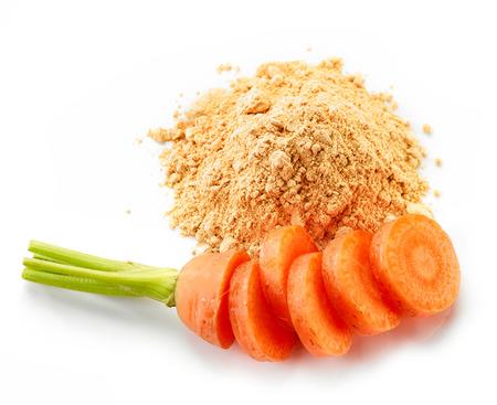 ?  ? carrot: montón de zanahoria en polvo seca aislada en el fondo blanco