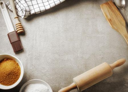 vista dall'alto del tavolo da cucina e utensili da forno, sfondo di cottura con posto libero per il testo