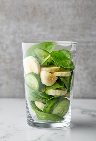 ensalada de frutas: Vidrio, verde, smoothie, ingredientes, gris, cocina, tabla