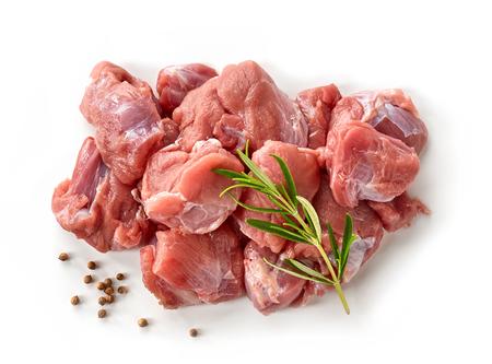 picada: Montón de cortes de carne cruda aislado en fondo blanco, vista superior
