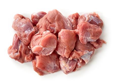 Montón de piezas frescas de carne cruda aisladas sobre fondo blanco, vista superior