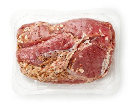 envases plasticos: raw pork tenderloin in plastic try isolated on white background, top view Foto de archivo