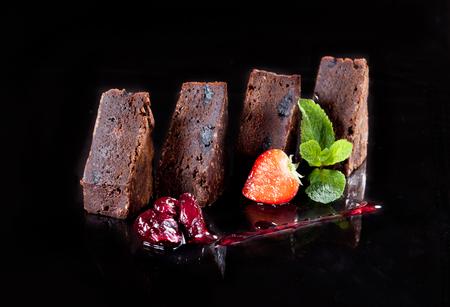 pastel de chocolate: Postre de la torta de brownie en el fondo negro