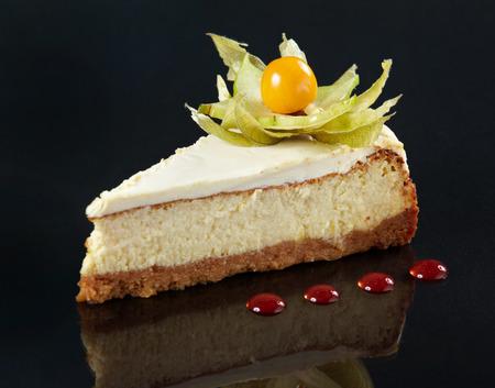 rebanada de pastel: rebanada de pastel de queso en el fondo negro