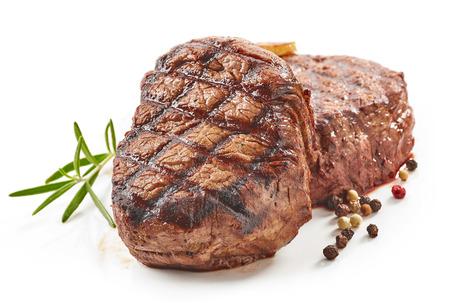 흰색 배경에 고립 된 향신료와 구운 된 쇠고기 스테이크