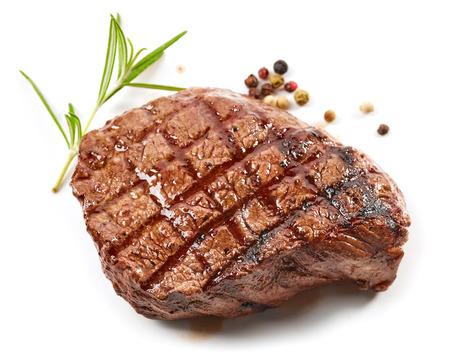 구운 쇠고기 스테이크와 향신료 흰색 배경에 고립
