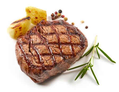 geroosterd die rundvleeslapje vlees met kruiden op witte achtergrond worden geïsoleerd
