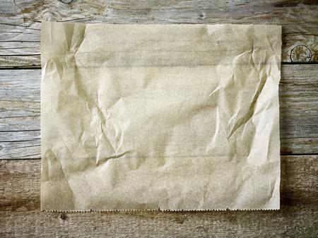 madera rústica: Hoja de papel de hornear en la mesa de madera, vista superior
