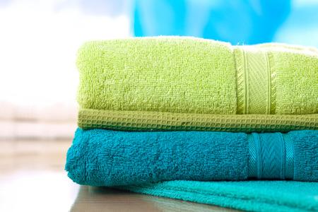 toalla: pila de toallas de colores nuevos