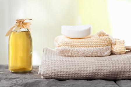 serviettes de spa et une bouteille d'huile de massage aromatique