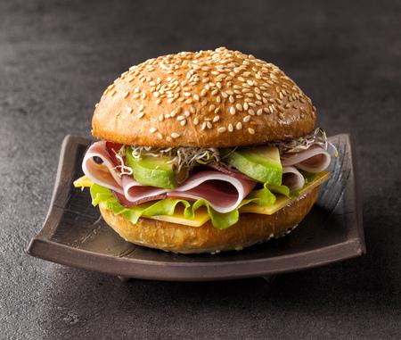 Fresco sándwich de desayuno en la placa oscura Foto de archivo - 63583504