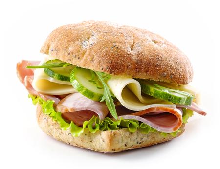jamon: sándwich con tocino, queso y pepino aislado en el fondo blanco