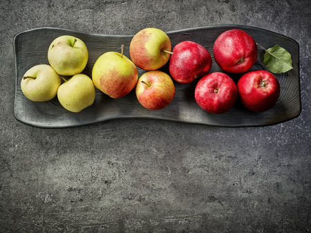 manzana roja: varias manzanas frescas en la placa decorativa de negro, superior