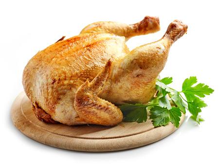 poulet entier rôti sur une planche à découper en bois