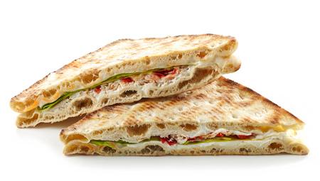 sandwich de pollo: sándwich de triángulo con pollo y crema de queso aislado en el fondo blanco Foto de archivo