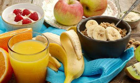 colazione: primo piano di prodotti per la colazione sana
