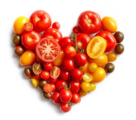 흰색 배경에 고립 된 다양 한 토마토에 의해 심장 모양
