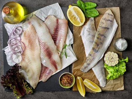 daurade, bar et de poissons de perche filets crus frais, vue de dessus