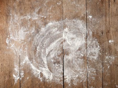 fehér liszt rusztikus, fából készült asztal, felülnézet Stock fotó
