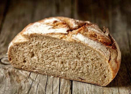 素朴な木製のテーブル、選択と集中に焼きたてのパン