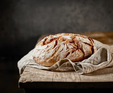 freshly baked bread on rustic wooden table Imagens - 66553087