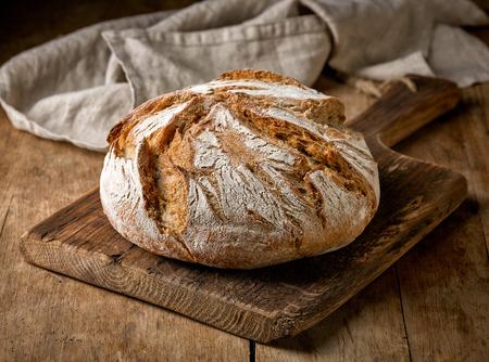 소박한 나무 테이블에 갓 구운 빵 스톡 콘텐츠