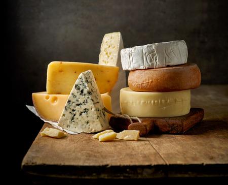 소박한 나무 테이블에 다양한 종류의 치즈 스톡 콘텐츠