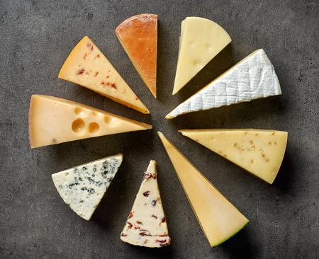 검은 식탁에 치즈의 다양 한 유형, 상위 뷰 스톡 콘텐츠