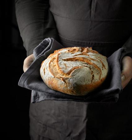빵 굽는 사람 손에 갓 구운 빵