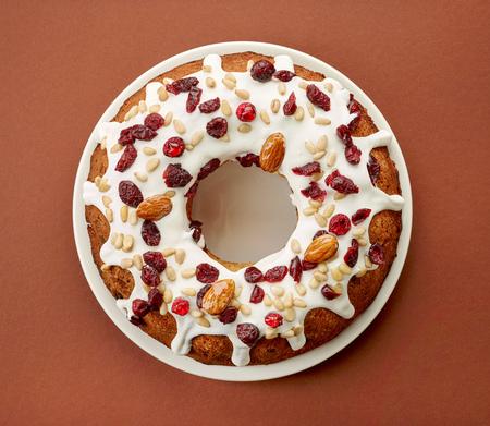 gateau anniversaire: Gâteau aux fruits sur la plaque blanche sur fond brun, vue de dessus