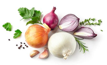 cebolla: varias cebollas y especias aisladas sobre fondo blanco, vista desde arriba