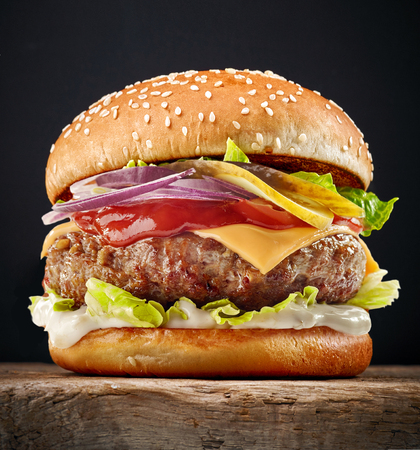 fresh tasty burger on wooden table Banque d'images