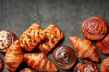 Verschiedene frisch gebackene Kuchen, Draufsicht