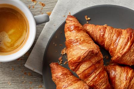 회색 테이블에 갓 구운 크로와상과 커피 에스프레소