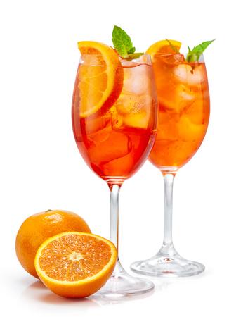 twee glazen aperol spritz cocktail geïsoleerd op een witte achtergrond