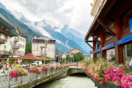 Chamonix, France - JULY 19, 2017: View of Arve river, buildings of Chamonix and Mont Blanc Massif, French Alps, selective focus Éditoriale