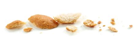 Pane briciole macro isolato su sfondo bianco