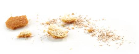 Brotkrumenmakro lokalisiert auf weißem Hintergrund, selektiver Fokus