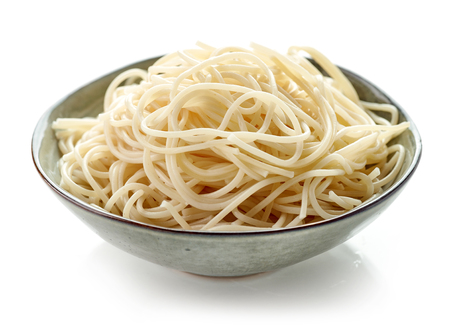 plato de pasta de espagueti hervida aislado sobre fondo blanco Foto de archivo